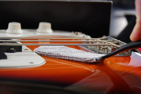 Фото 6 - MusicNomad MN205 Nomad Tool Инструмент для чистки гитарных струн, поверхности гитары и фурнитуры.