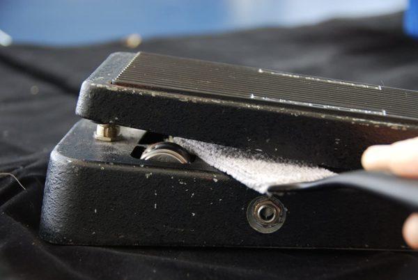 Фото 5 - MusicNomad MN205 Nomad Tool Инструмент для чистки гитарных струн, поверхности гитары и фурнитуры.