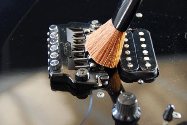 Фото 4 - MusicNomad MN205 Nomad Tool Инструмент для чистки гитарных струн, поверхности гитары и фурнитуры.